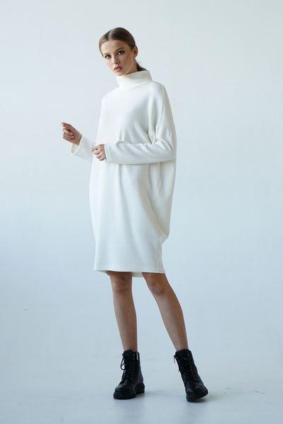 Молочное платье с воротником стойкой плотный меланж