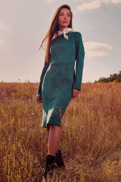 Замшевое платье футляр до колен изумрудное