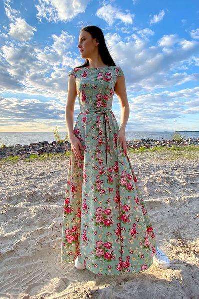 Длинное платье в розовые пионы на фоне шалфей