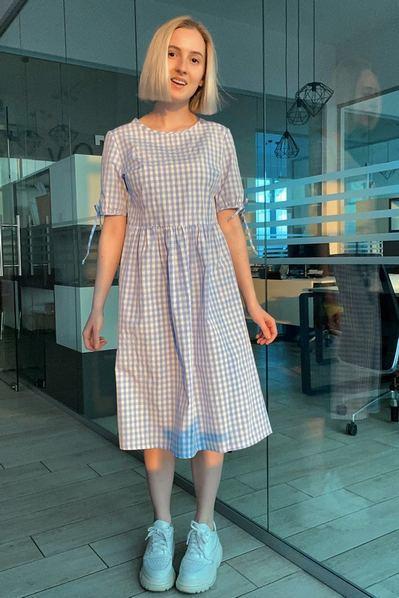 Молочное платье миди с завязками принт небесная клетка