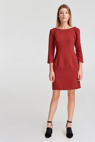 Бордовое платье-футляр с вырезом на спине из костюмной ткани