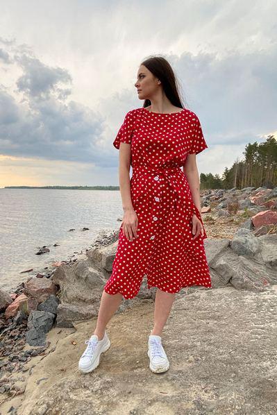 Платье с пуговицами молочных горох на красном фоне