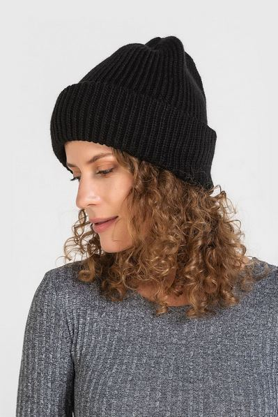 Вязаная шапка черная велюровая