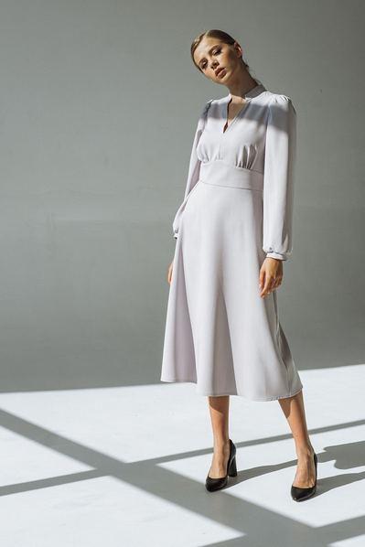 Платье с втачным поясом и воротником-стойкой графитовое