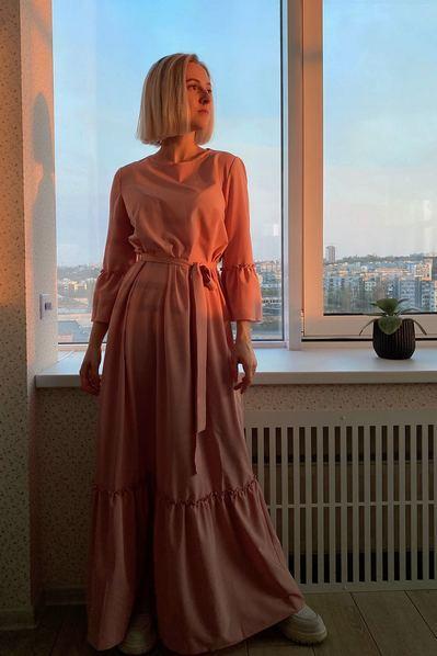 Длинное платье с оборками и поясом фрезовое