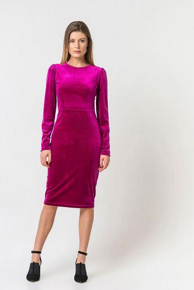 Велюровое платье ниже колена ягодное