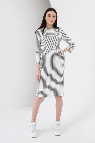 Молочно-черное платье в полоску диагональю