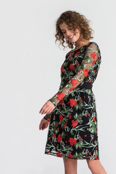 Черное платье с поясом с красными вышитыми цветами на сетке