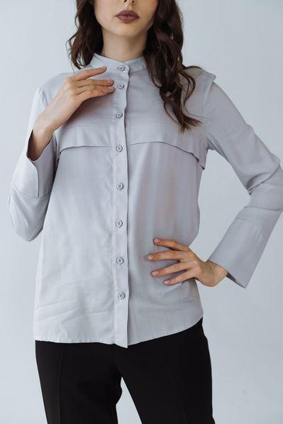 Блузка с клапанами спереди на светло графитовом фоне