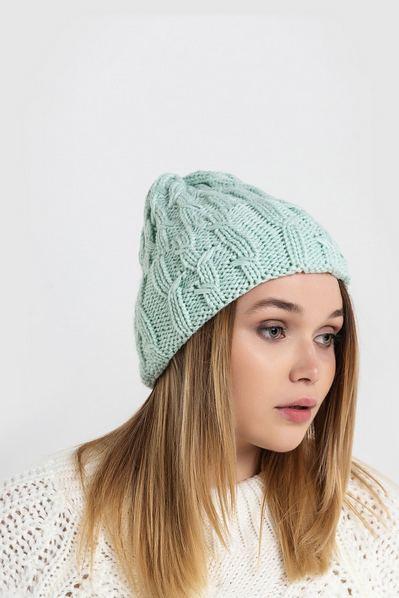 Вязаная шапка мятная с манжетом и штрихами