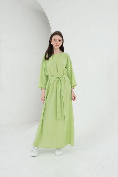 Длинное льняное платье с поясом на травяном