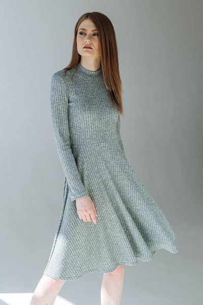 Трикотажное платье с поясом серо-зеленый меланж