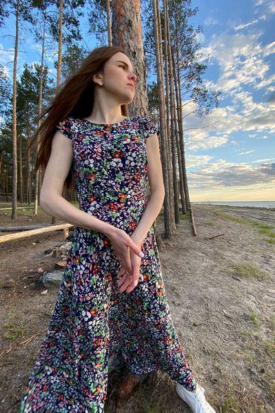 Длинное платье мелкоцвет на синем фоне