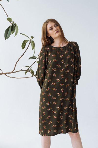 Платье до колен цветы на фоне хаки
