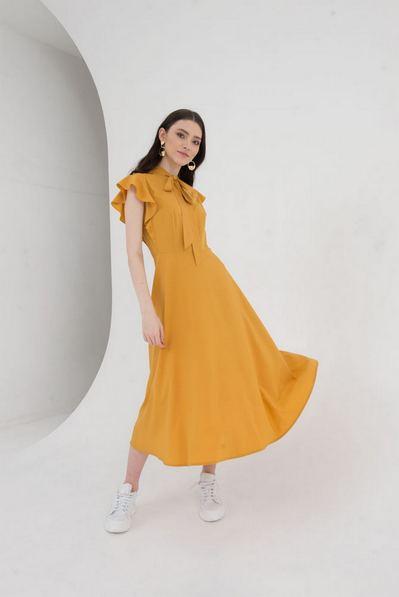 Горчичное платье с воланами на рукавах
