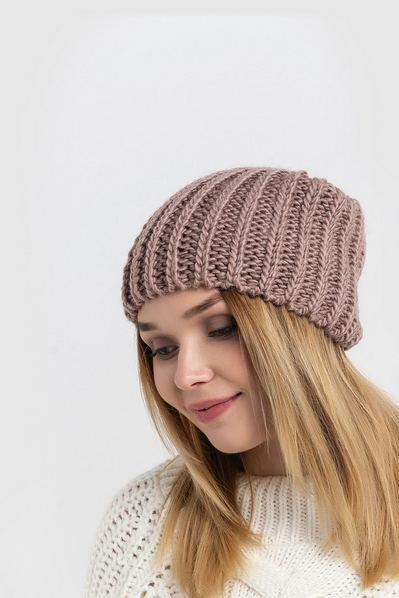 Вязаная шапка фрезовая с плетением