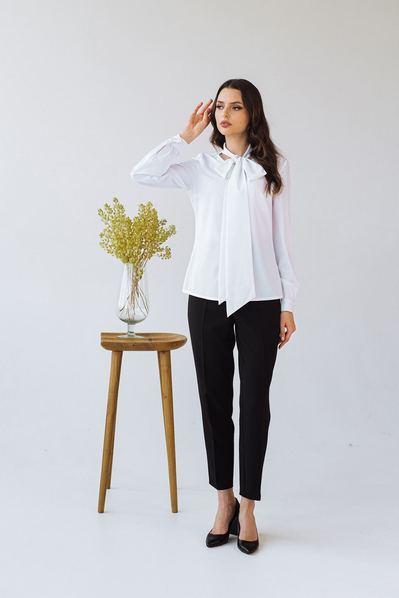 Белая блузка с объемной завязкой
