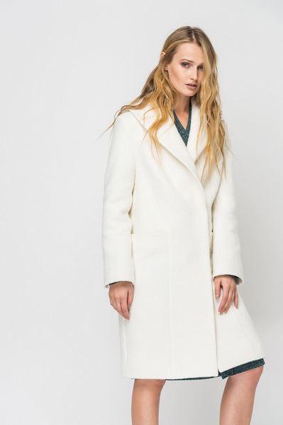 Зимнее пальто молочного цвета