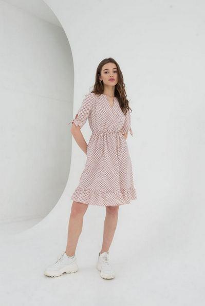 Платье до колен с оборкой и завязками на рукавах в цветной горох пудровое