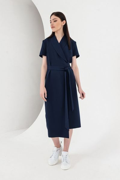 Синее платье на запах с поясом и асимметричным низом