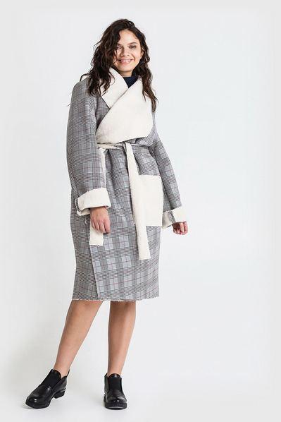 Женское пальто с ассиметричным воротником из искусственной овчины в серую клетку большой размер