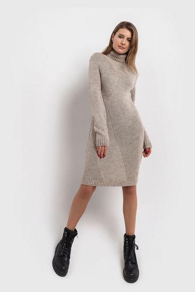 Теплое платье с мелкой диагональной вязкой песочное