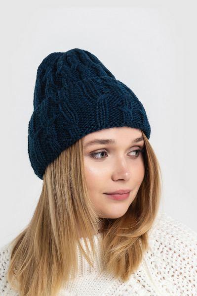 Вязаная шапка синяя с манжетом и штрихами