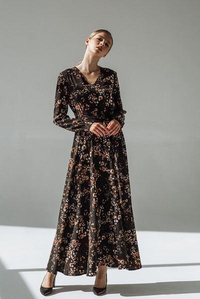 Черное длинное платье с поясом принт веточки