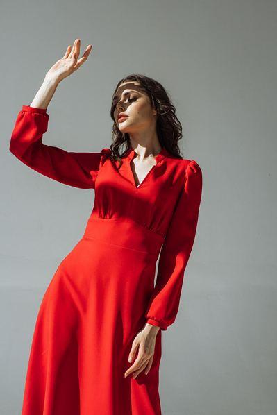Красное платье с втачным поясом и воротником-стойкой