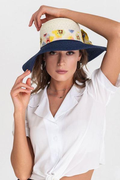 Летняя шляпа с синими полями и молочно-цветочным бантом