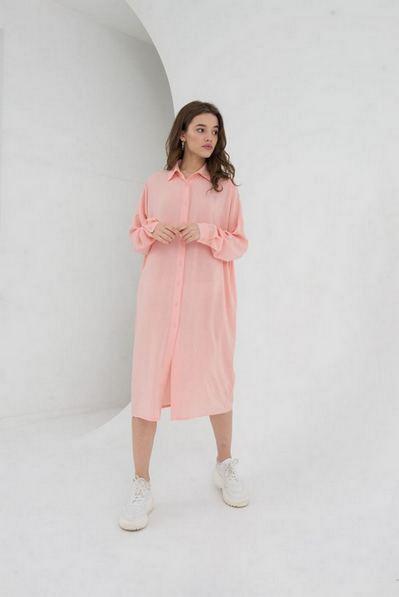 Персиковое платье-рубашка до колен