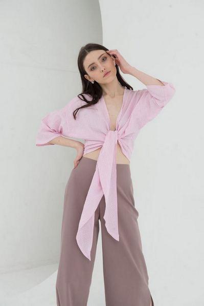 Блузка с завязкой в молочно-розовую полоску