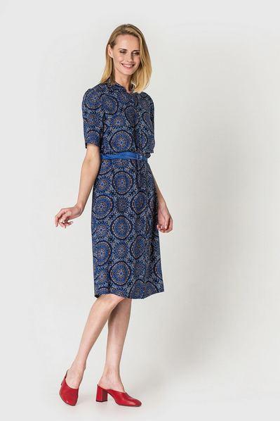 Штапельное платье рубашка до колен с восточным принтом терракот-электрик