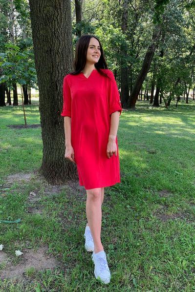 Платье с V-образным вырезом на красном фоне