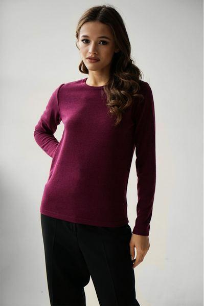 Женский свитер вязаный косичкой ягодный