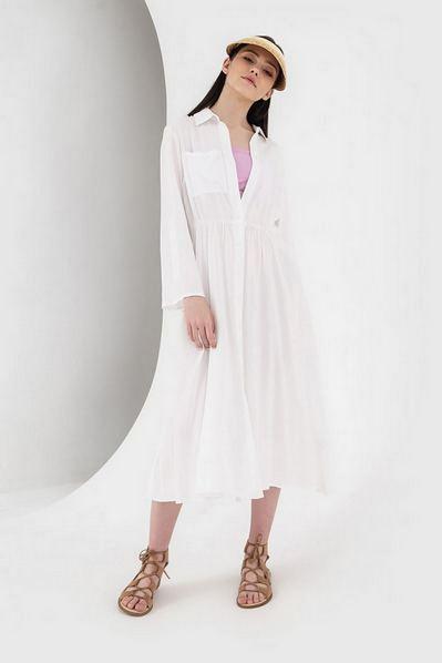 Платье-рубашка с карманом молочного цвета