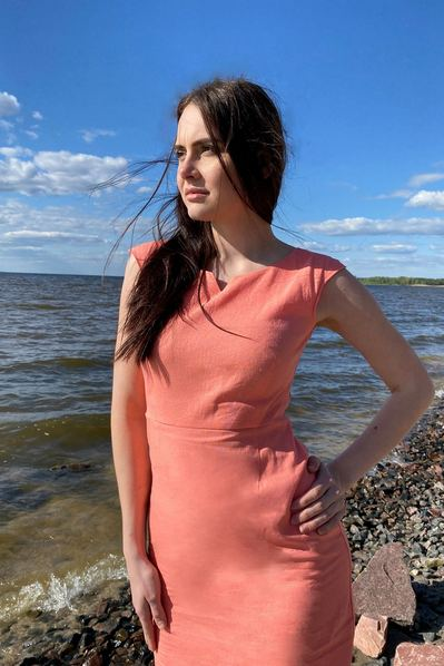 Льнянное платье-футляр цвета мускусная дыня