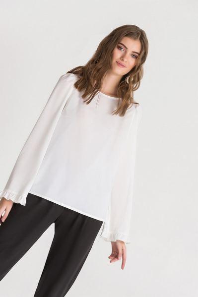 Молочная блузка прямая с оборкой на рукавах