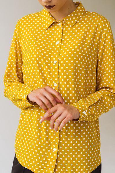 Прямая рубашка в молочный горох на горчичном фоне