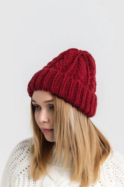 Вязаная шапка бордовая с манжетом и косичками