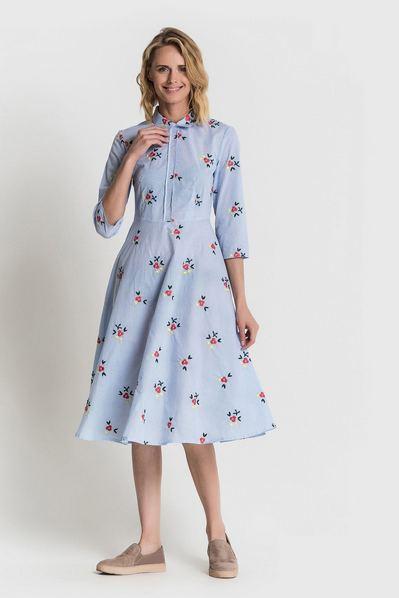Платье рубашка до колен в голубую полоску с вышитыми цветами