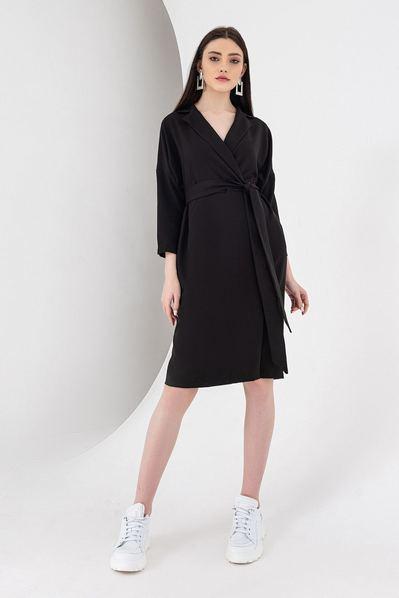 Черное платье с поясом и запахом из костюмной ткани