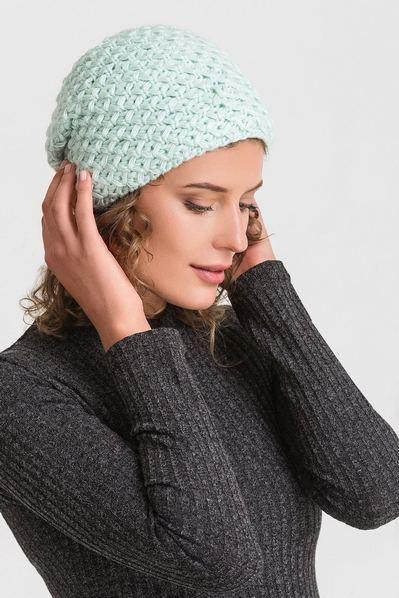 Вязаная шапка мятная с объемным узором