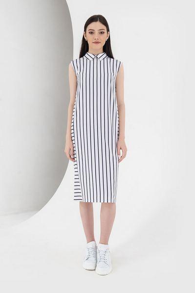 Молочное платье с воротником в черную полоску