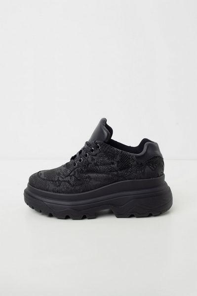 Матовые кожаные кроссовки на объемной подошве под рептилию черные