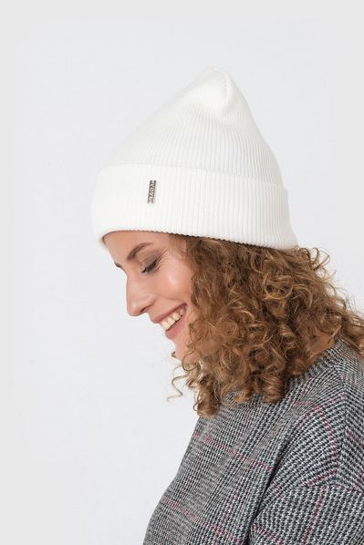 Вязаная шапка из коттона молочная