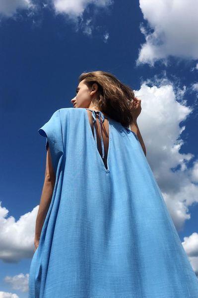 Льняное платье в пол с завязками небесное